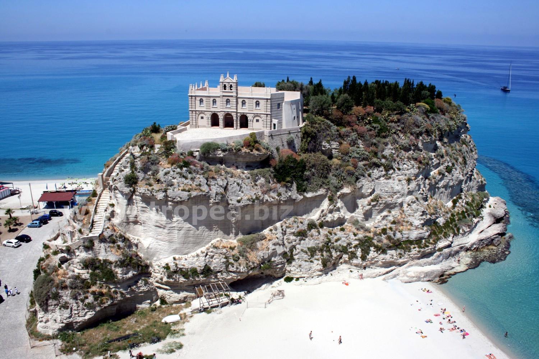 Il Santuario di Santa Maria dell'Isola a Tropea.